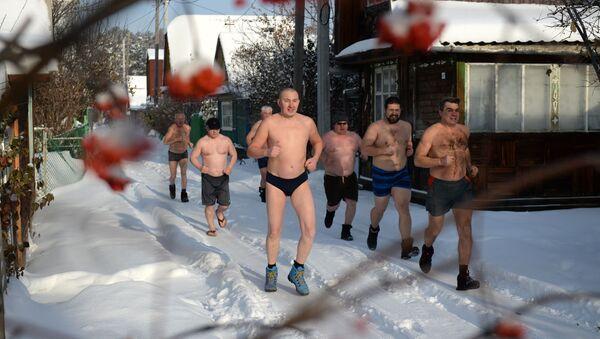 Wielbiciele pływania zimowego z klubu Biały Niedźwiedź w Jekaterynburgu - Sputnik Polska