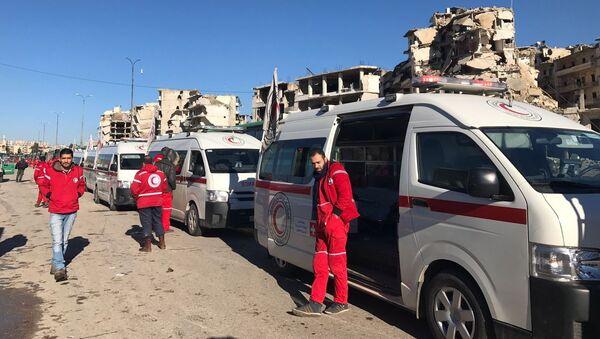 """Personel """"Czerwonego Krzyża i Półksiężyca"""" w oczekiwaniu na wyjście ostatniej grupy terrorystów ze wschodniego Aleppo - Sputnik Polska"""