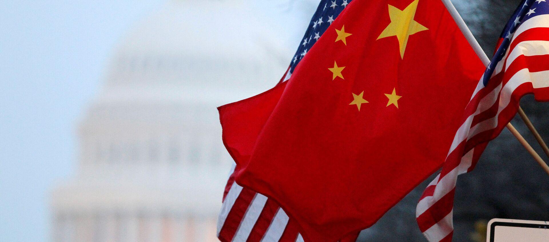 Amerykańska i chińska flaga na tle budynku Kongresu USA - Sputnik Polska, 1920, 19.03.2021