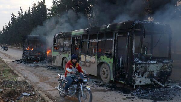 Rebelianci spalili 7 autobusów, którymi mieli być ewakuowani cywile z miejscowości  Fuah i Kafarya na północy Syrii - Sputnik Polska