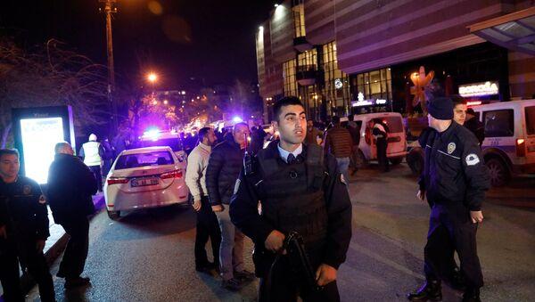 Turecka policja przed budnkiem galerii w Ankarze, w której zastrzelono rosyjskiego ambasadora Andreja Karłowa - Sputnik Polska