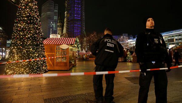 Policja zabezpiecza teren jarmarku świątecznego w Berlinie, gdzie ciężarówka wjechała w tłum ludzi - Sputnik Polska