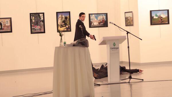 Вооруженный мужчина рядом с телом российского посла в Турции Андрея Карлова в галерее Анкары - Sputnik Polska