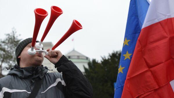 Przed budynkiem Sejmu zgromadziło się kilkadziesiąt osób - Sputnik Polska