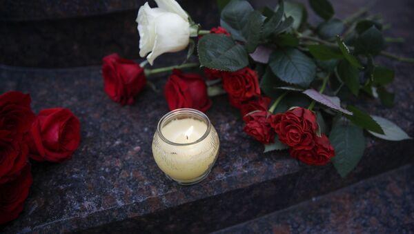 Kwiaty i znicze pod budynkiem Chóru Aleksandrowa w Moskwie - Sputnik Polska