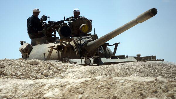 Czołg syryjskiej armii przy wjedździe do Palmiry - Sputnik Polska
