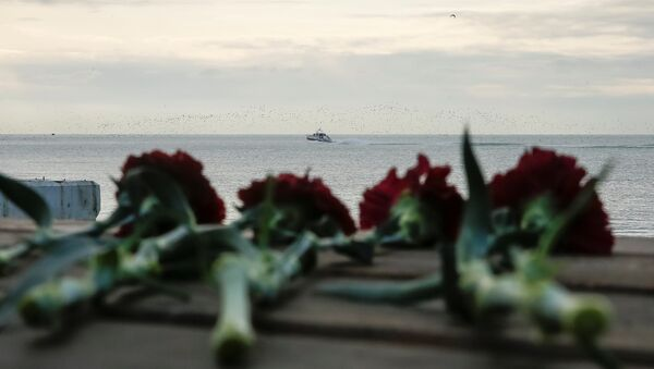 Kwiaty na wybrzeżu Morza Czarnego, niedaleko miejsca katastrofy rosyjskiego samolotu wojskowego TU-154 - Sputnik Polska
