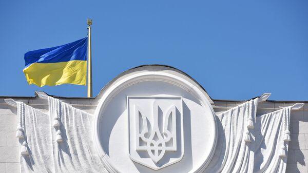 Ukraińska flaga na budynku Rady Najwyższej w Kijowie - Sputnik Polska