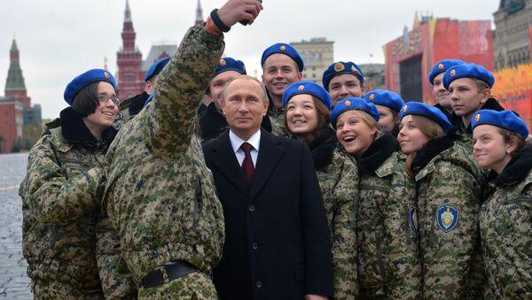 Władimir Putin z członkami wojskowo-patriotycznego centrum Wympiel na Placu Czerwonym - Sputnik Polska