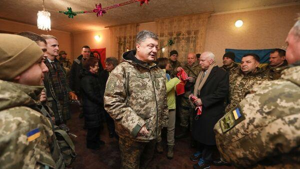 """Prezydent Ukrainy Petro Poroszenko na linii frontu w Donbasie nagrodził amerykańskiego senatora Johna McCaina """"ukraińską imienną bronią"""" - Sputnik Polska"""