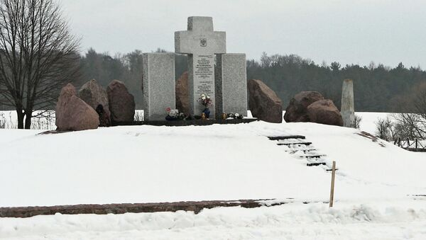 Pomnik pomordowanych Polaków w Hucie Pieniackiej - Sputnik Polska