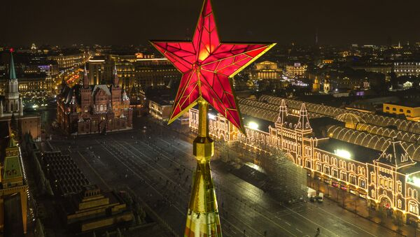 Gwiazda na Baszcie Spasskiej Moskiewskiego Kremla na tle Placu Czerwonego - Sputnik Polska
