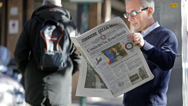 Mężczyzna czyta gazetę Corriere della Sera, Rzym - Sputnik Polska