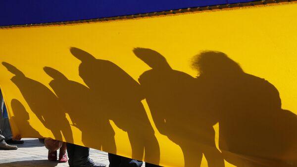 Ludzie z flagą Ukrainy w Kijowie. Zdjęcie archiwalne - Sputnik Polska