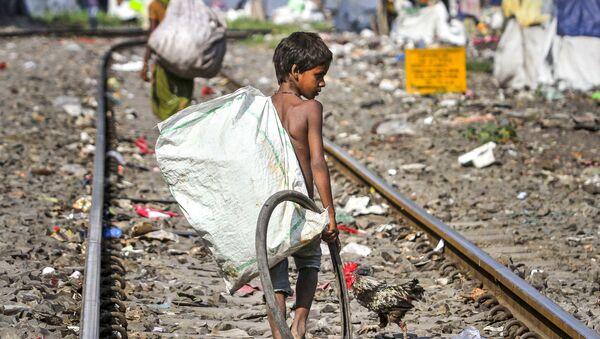 Zbieracze śmieci na torach kolejowych w indyjskim mieście Guwahati - Sputnik Polska