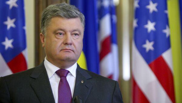 Prezydent Ukrainy Petro Poroszenko podczas spotkania z sekretarzem stanu USA Johnem Kerrym w Kijowie - Sputnik Polska