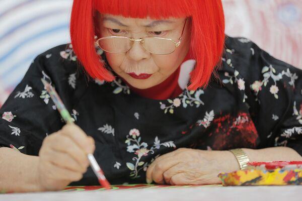 Japońska malarka Yayoi Kusama w trakcie pracy w Tokio - Sputnik Polska