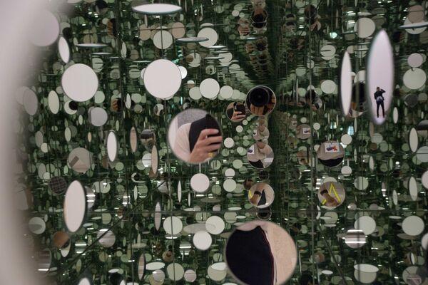 Lustrzany sześcian japońskiej malarki  Yayoi Kusama w Londynie - Sputnik Polska