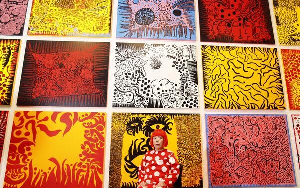 Japońska malarka Yayoi Kusama pozuje przed swoją pracą Love Arrives at the Earth Carrying with it a Tale of the Cosmos w galerii Tate Modern w Londynie - Sputnik Polska