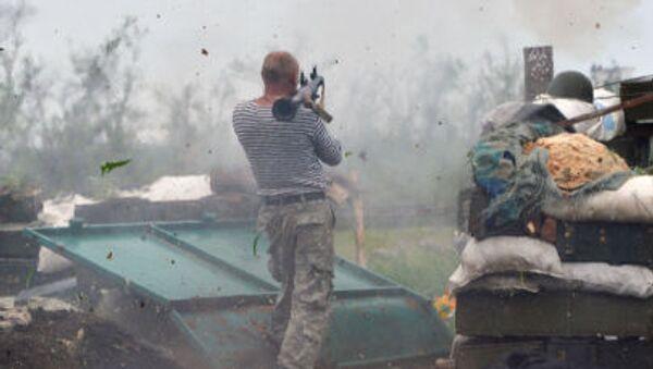 Żołnierz Sił Zbrojnych Ukrainy strzela z wyrzutni w okolicach Doniecka - Sputnik Polska