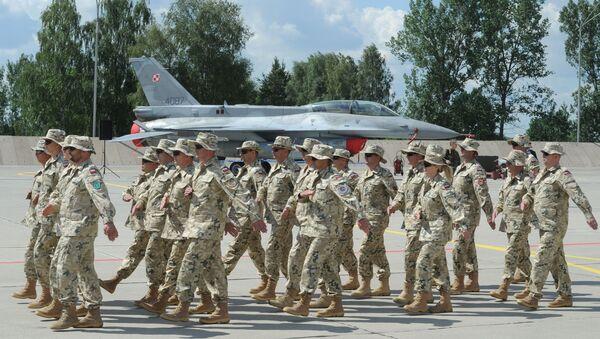 Polscy żołnierze na tle myśliwca F-16 - Sputnik Polska