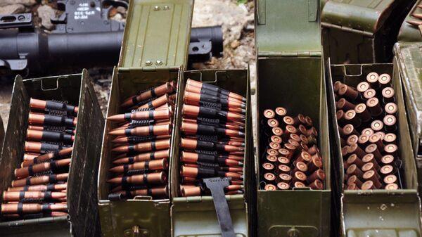Broń i amunicja znalezione w piwnicy jednego z domów w Perewalśku - Sputnik Polska