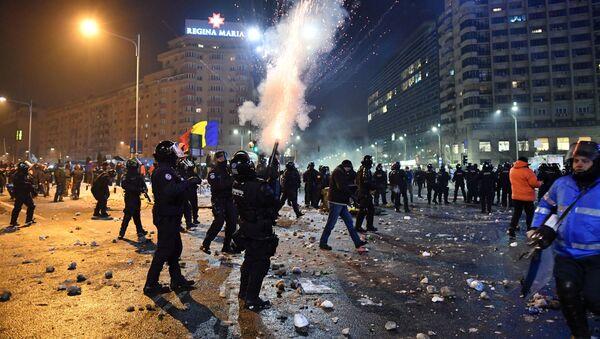 Rumuńskie oddziały policji rozpylają gaz łzawiącego podczas starć z protestującymi w trakcie masowych antyrządowych demonstracji w Bukareszcie - Sputnik Polska