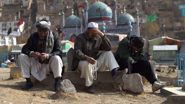 Żałobnicy na ceremonii pogrzebowej ofiar ataku terrorystycznego w meczetu w Afganistanie - Sputnik Polska