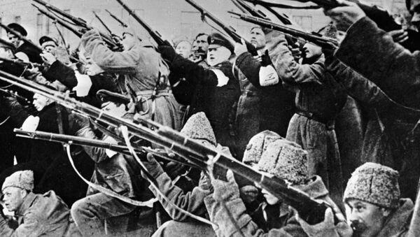 Żołnierze ostrzeliwują policyjne zasadzki w czasie rewolucji lutowej 1917 roku - Sputnik Polska