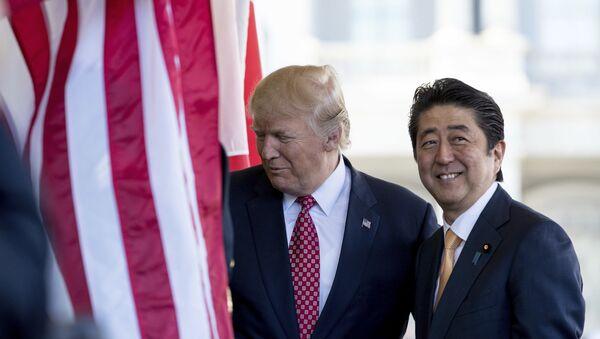 Prezydent USA Donald Trump i premier Japonii Shinzo Abe - Sputnik Polska