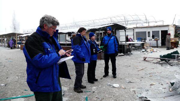 Pracownicy OBWE przyglądają się zniszczeniom po ostrzale przez ukraińskie siły zbrojne miasta Debalcewe w obwodzie donieckim - Sputnik Polska