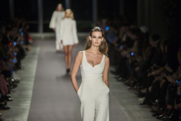 Model prezentuje kolekcję Brandon Maxwell podczas Tygodnia Mody w Nowym Jorku - Sputnik Polska