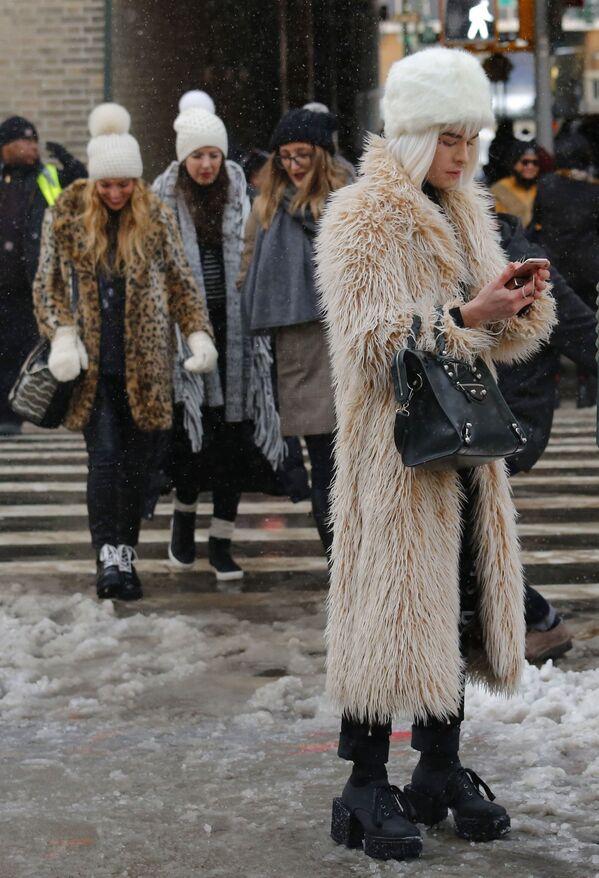 Widzowie po pokazie kolekcji Tadashi Shoji podczas Tygodnia Mody w Nowym Jorku - Sputnik Polska