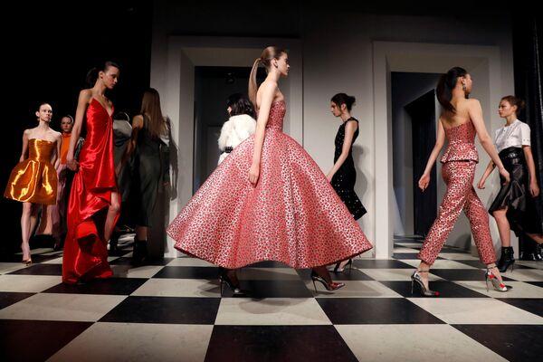 Model prezentuje kolekcję Monse and Oscar de la Renta podczas Tygodnia Mody w Nowym Jorku - Sputnik Polska
