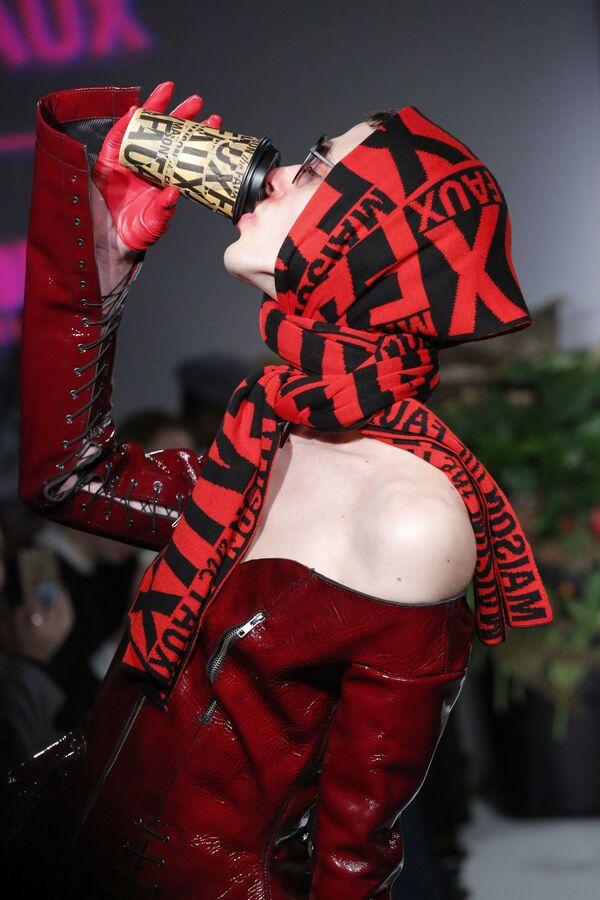 Model prezentuje kolekcję Maison the Faux podczas Tygodnia Mody w Nowym Jorku - Sputnik Polska