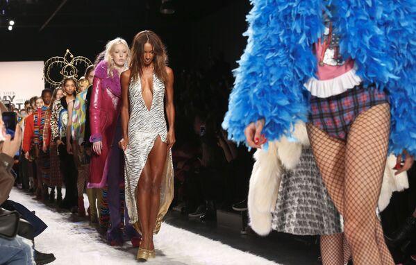 Modelki prezentują kolekcję Jeremy Scott podczas Tygodnia Mody w Nowym Jorku - Sputnik Polska