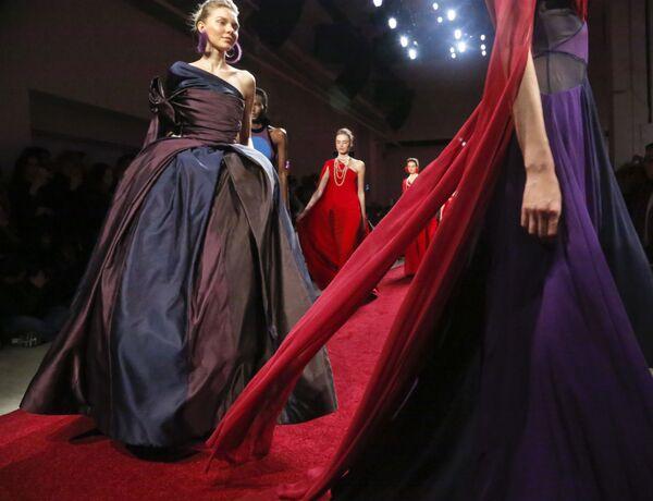 Modelki prezentują kolekcję Naeem Khan podczas Tygodnia Mody w Nowym Jorku - Sputnik Polska