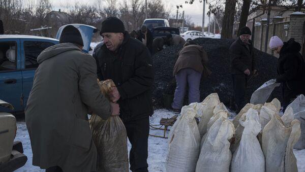 Mieszkańcy wioski Wesełoje w obwodzie donieckim otrzymują węgiel - Sputnik Polska