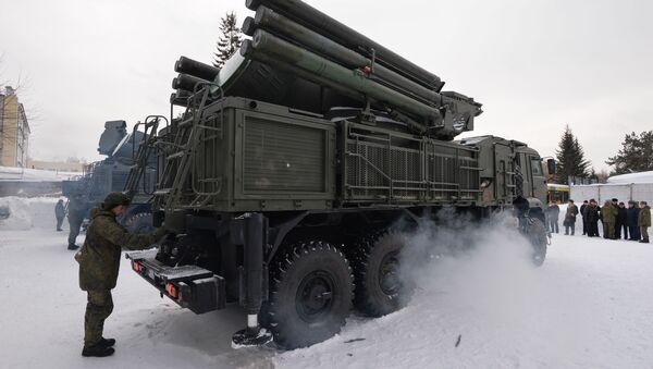 """Ceremonia przekazania nowych zestawów artyleryjsko-rakietowych """"Pancyr-S1"""" żołnierzom przeciwlotniczego dywizjonu rakietowo-artyleryjskiego w obwodzie nowosybirskim - Sputnik Polska"""