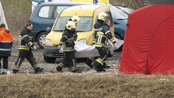 Ratownicy ewakuują ofiary wypadku kolejowego w Belgii - Sputnik Polska