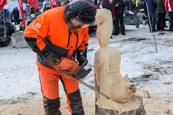 Warszaty rzeźbienia z drewna przy użyciu piły łańcuchowej podczas Międzynarodowego Zimowego Festiwalu Hiperborea w Karelii. - Sputnik Polska