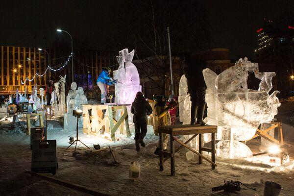 Konkurs Lodowych Rzeźb odbywający się w ramach Międzynarodowego Zimowego Festiwalu Hiperborea w Karelii. - Sputnik Polska