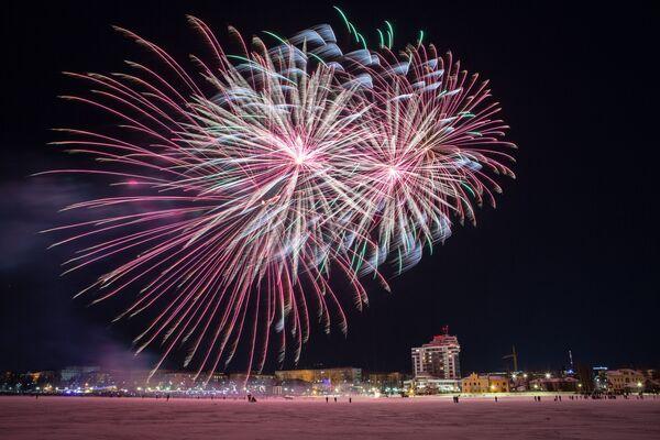 Nocne fajerwerki podczas Międzynarodowego Zimowego Festiwalu Hiperborea w Karelii. - Sputnik Polska