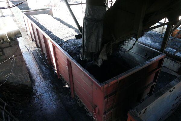 Rozładunek węgla w kopalni  imienia S.M. Kirowa państwowego zakładu Makiejewugol w obwodzie donieckim. - Sputnik Polska