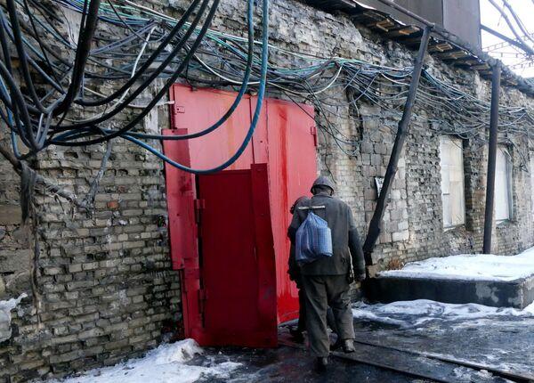 Pracownik kopalni imienia S.M. Kirowa państwowego zakładu Makiejewugol w obwodzie donieckim. - Sputnik Polska