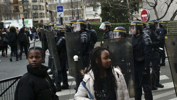Uczestnicy demonstracji przeciwko przemocy przy wejściu do szkoły Henri Bergson - Sputnik Polska