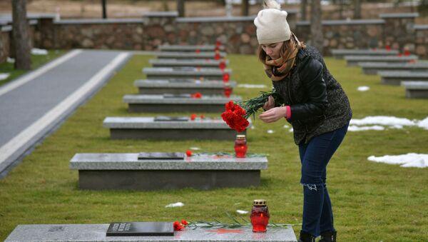 Cmentarz żołnierzy Armii Czerwonej odbudowany po zbezczeszczeniu przez wandali w Milejczycach w Polsce - Sputnik Polska