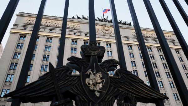 Herb na ogrodzeniu budynku Ministerstwa Obrony w Moskwie - Sputnik Polska
