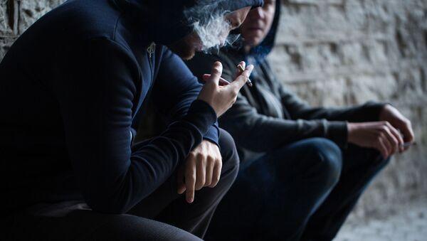 Mężczyzna z papierosem - Sputnik Polska
