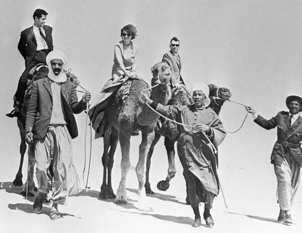 Walentina Tierieszkowa z mężem, też kosmonautą, Andrijanem Nikołajewem na Saharze podczas podróży do Algierii w 1965 roku. - Sputnik Polska